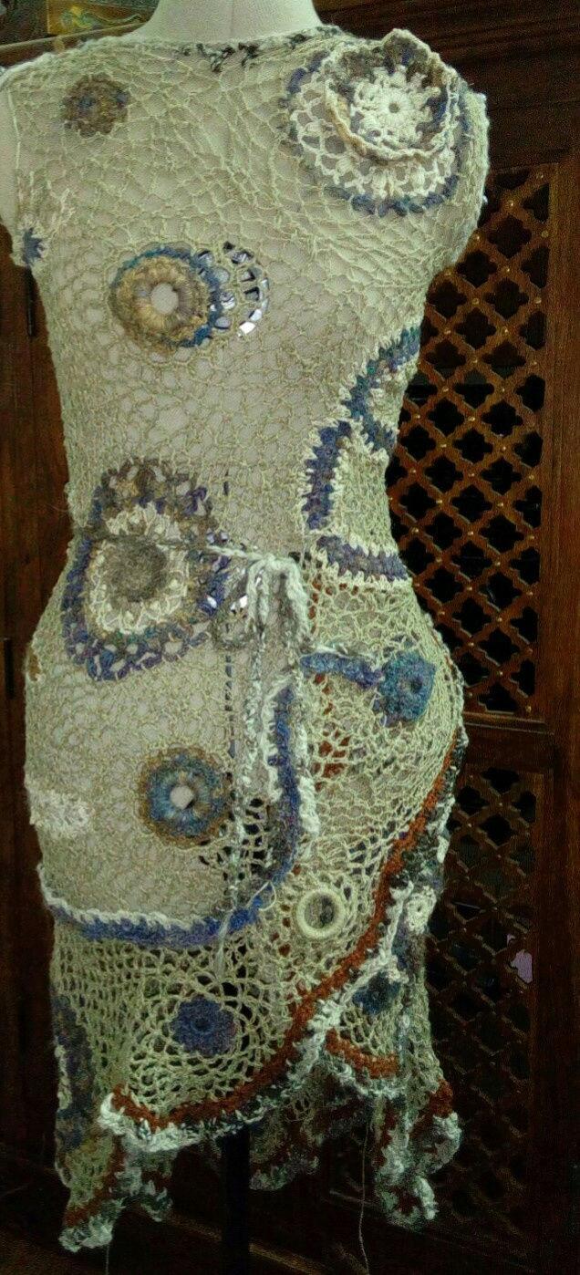 FREE FORM CROCHET à partir de Toison brute de Mouton : Robe en Laine Couleurs douces délicates Bleues Beiges Ecrues Coton perlé  Lin_t10