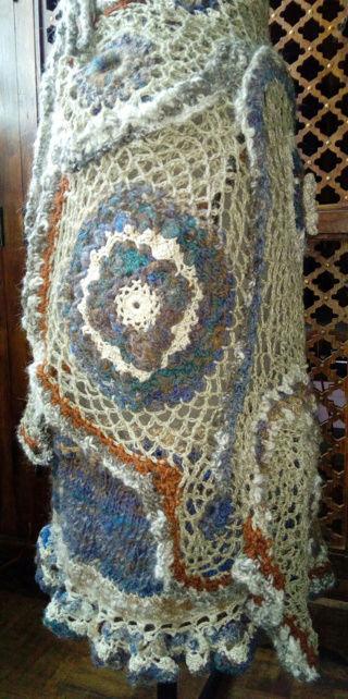 FREE FORM CROCHET à partir de Toison brute de Mouton : Robe en Laine Couleurs douces délicates Bleues Beiges Ecrues Coton perlé  Lin_v10