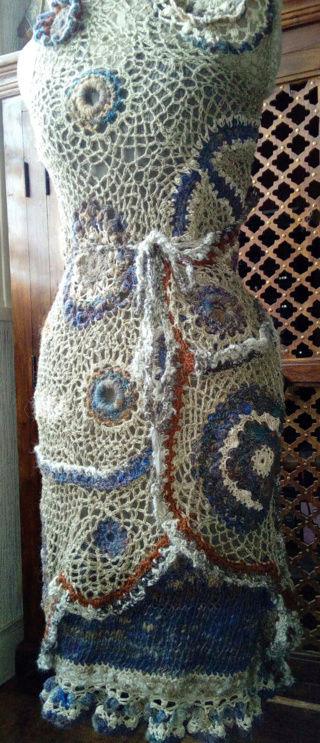 FREE FORM CROCHET à partir de Toison brute de Mouton : Robe en Laine Couleurs douces délicates Bleues Beiges Ecrues Coton perlé  Lin_w10