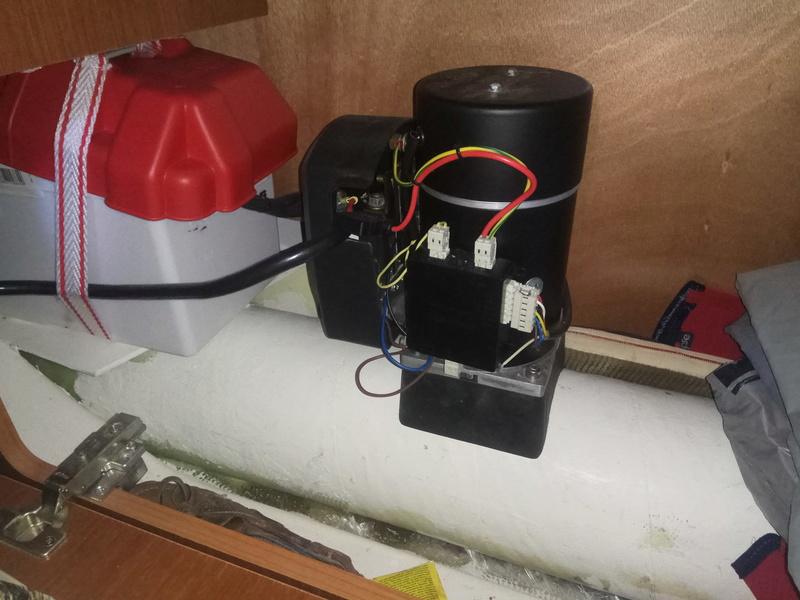 Pose d'un propulseur sur un O34 équipé d'un réservoir d'eau à l'avant Propul10