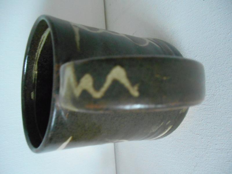 Mystery Mug - Help on maker please - Glaze hides the mark Dscn5110