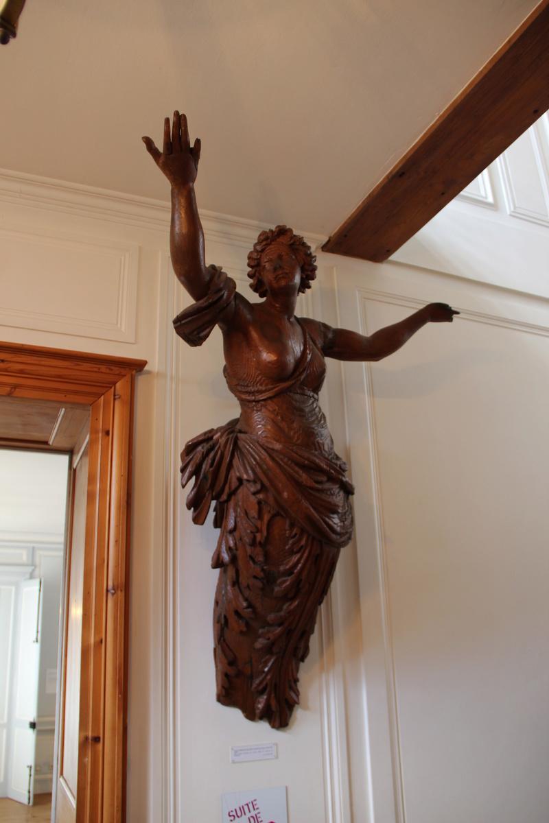 Découpe et la sculpture d'une figurine de proue Img_5720