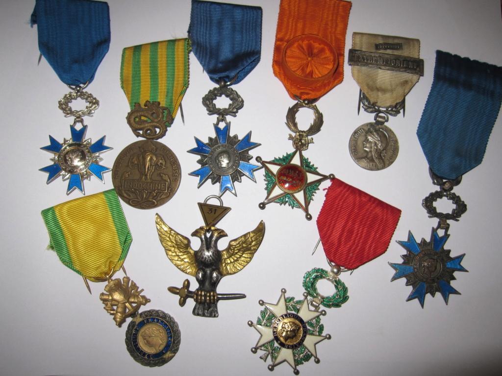 Lot de médailles et un insigne Img_5910