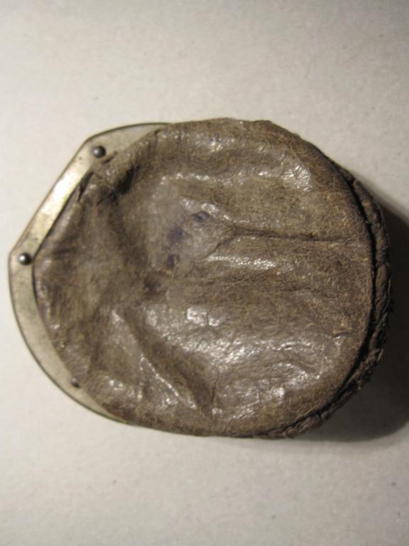 Insigne d'aigle sur un ancien porte-monnaies Img_6314