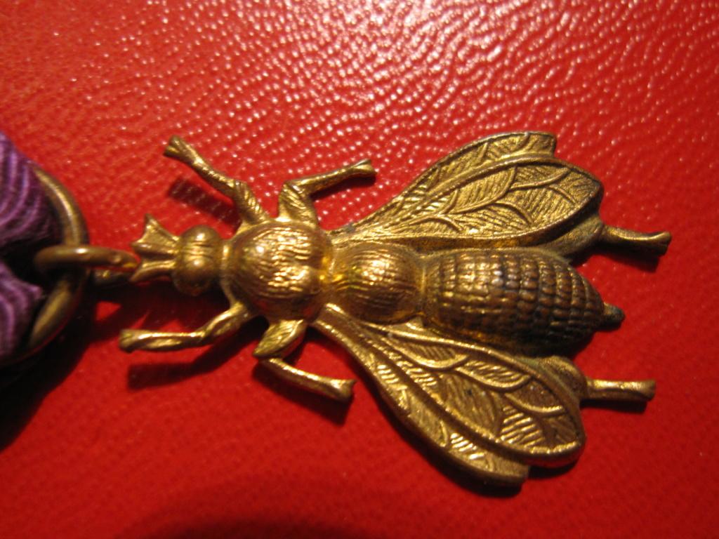 Médaille décoration avec une abeille  Img_6513
