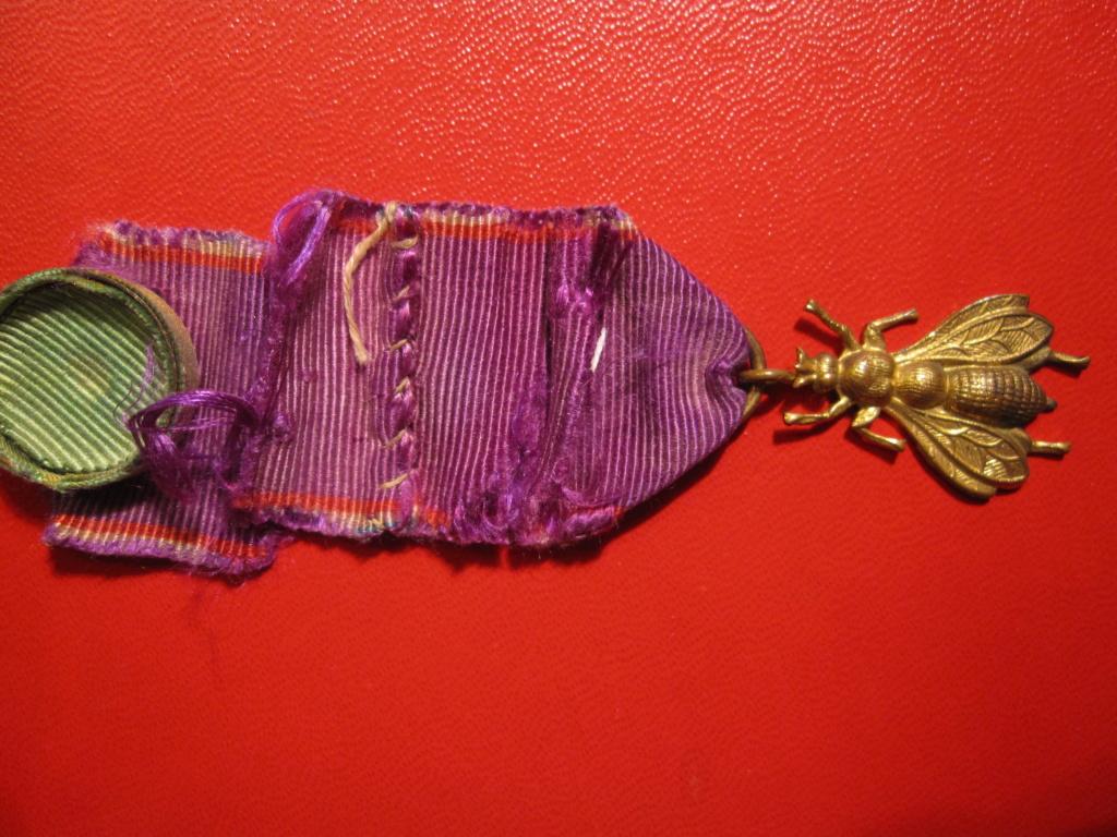 Médaille décoration avec une abeille  Img_6514