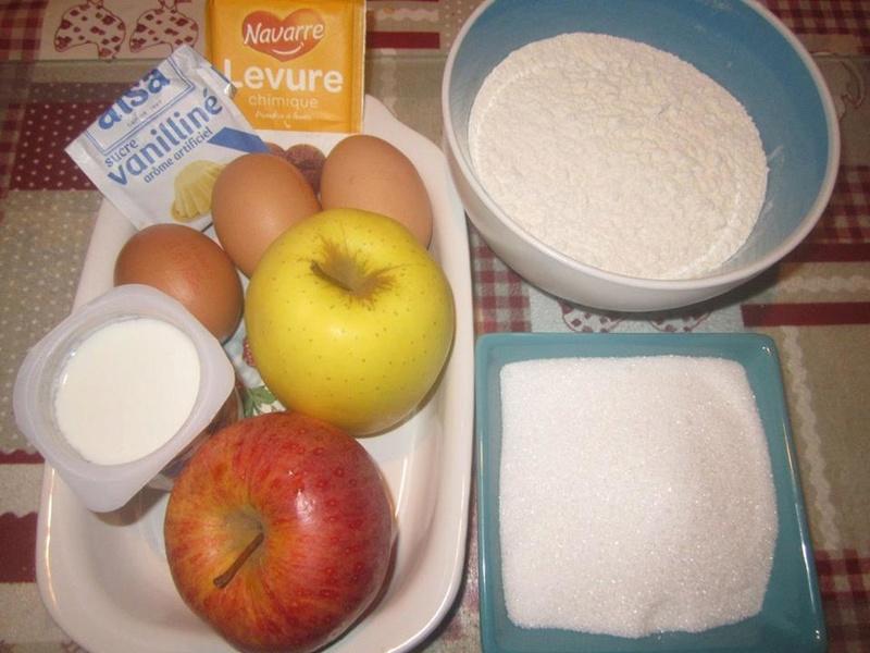 Gâteau yaourt aux pommes râpées. 26734410