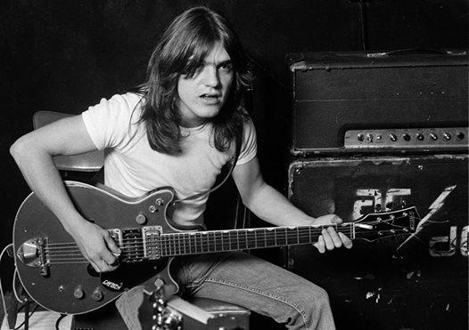 Malcolm Young, le fondateur et guitariste d'AC/DC est décédé 23561610