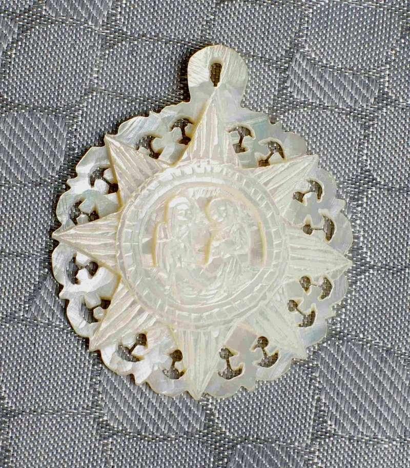 Medalla de nácar con la Natividad de Jesús. Med_na10