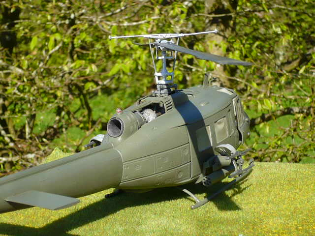 Bell UH-1D Huey gunship Revell 32e P1150226