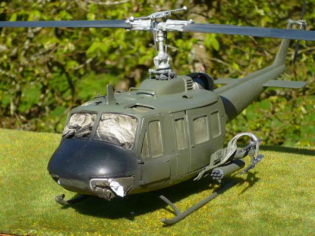 Bell UH-1D Huey gunship Revell 32e P1150229