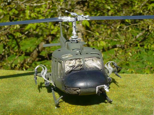 Bell UH-1D Huey gunship Revell 32e P1150231