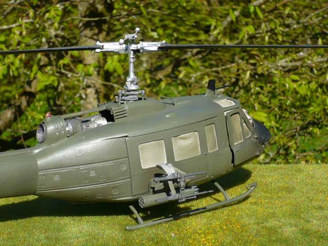 Bell UH-1D Huey gunship Revell 32e P1150232