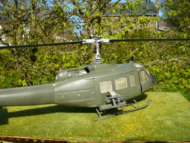 Bell UH-1D Huey gunship Revell 32e P1150233