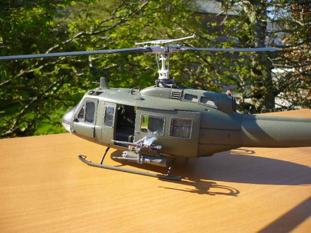 Bell UH-1D Huey gunship Revell 32e P1150237