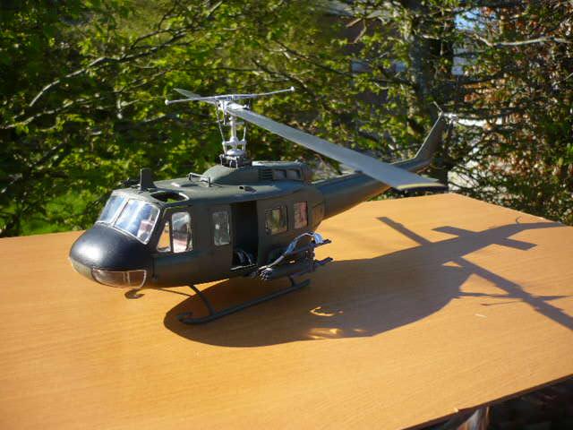 Bell UH-1D Huey gunship Revell 32e P1150238
