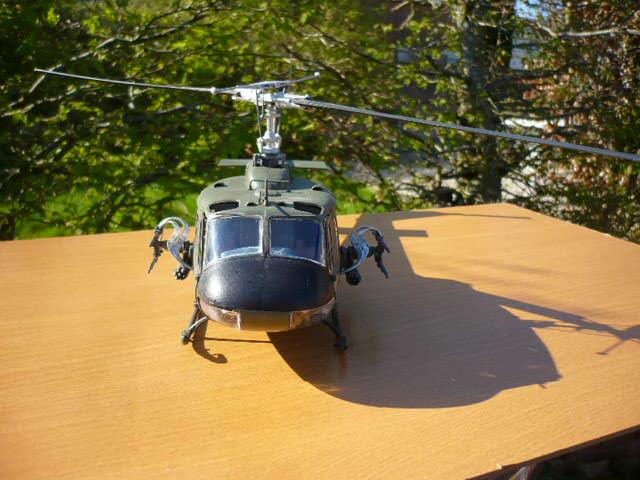 Bell UH-1D Huey gunship Revell 32e P1150239