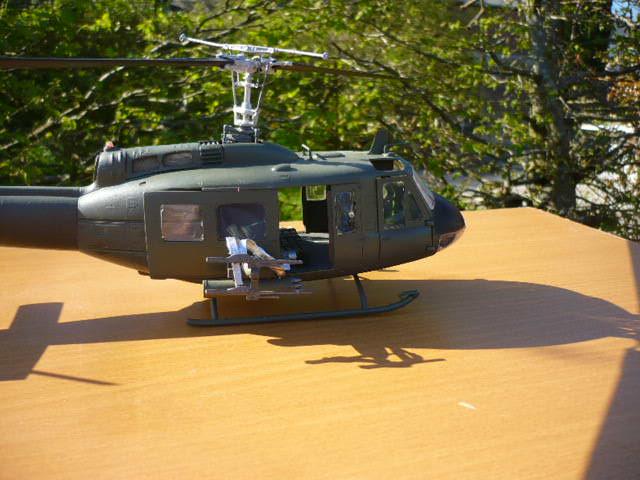 Bell UH-1D Huey gunship Revell 32e P1150240