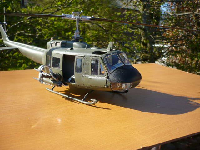 Bell UH-1D Huey gunship Revell 32e P1150241