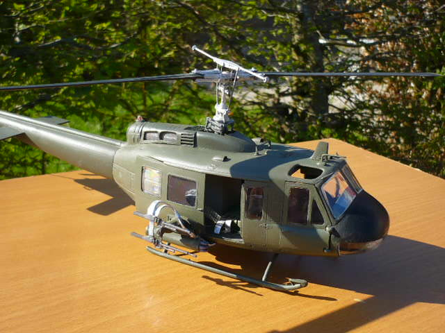 Bell UH-1D Huey gunship Revell 32e P1150242