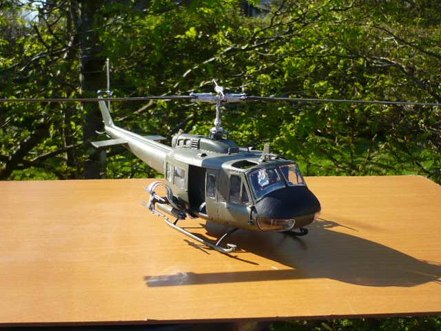 Bell UH-1D Huey gunship Revell 32e P1150243