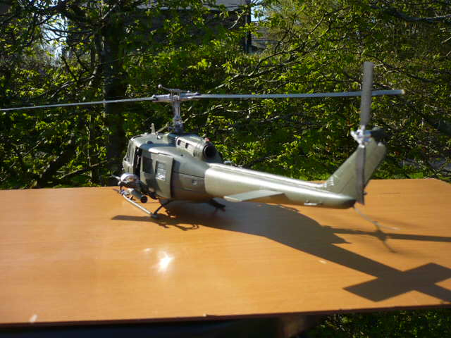 Bell UH-1D Huey gunship Revell 32e P1150244