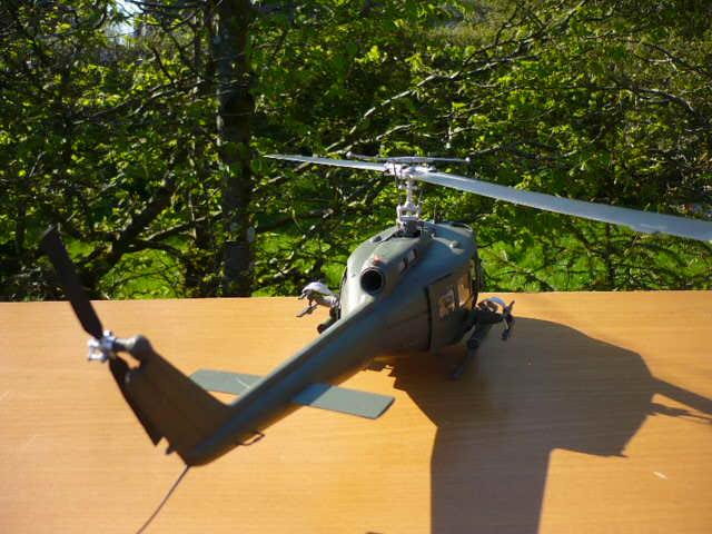 Bell UH-1D Huey gunship Revell 32e P1150245