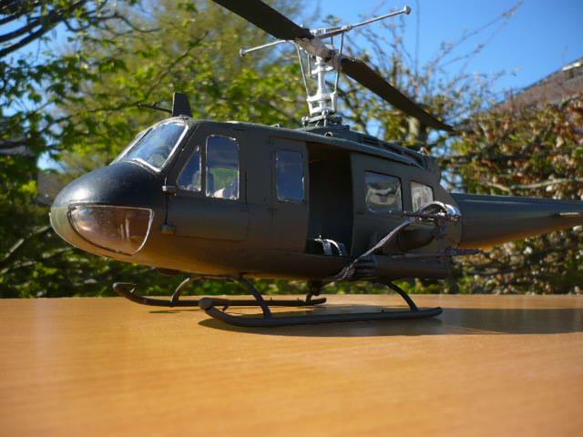 Bell UH-1D Huey gunship Revell 32e P1150246