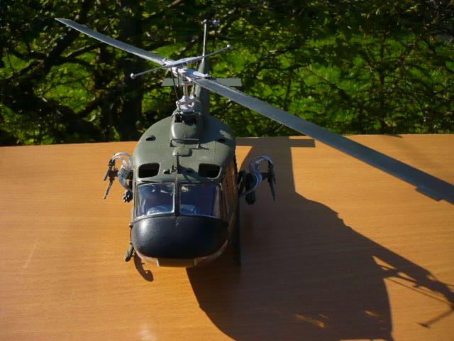 Bell UH-1D Huey gunship Revell 32e P1150249