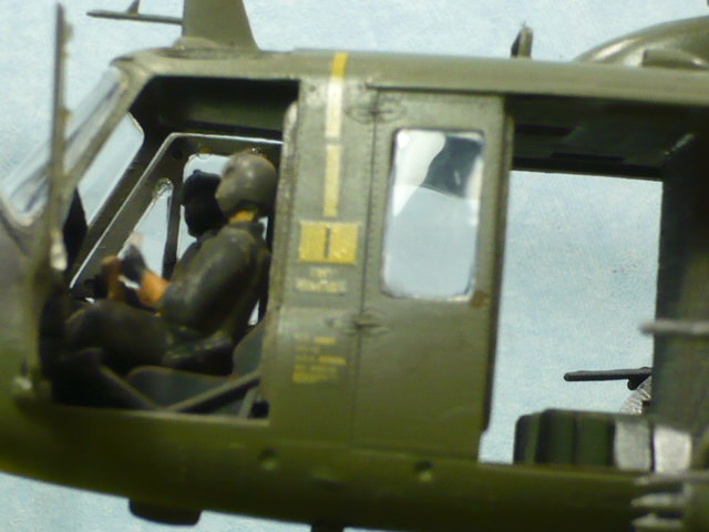 Bell UH-1D Huey gunship Revell 32e P1150313