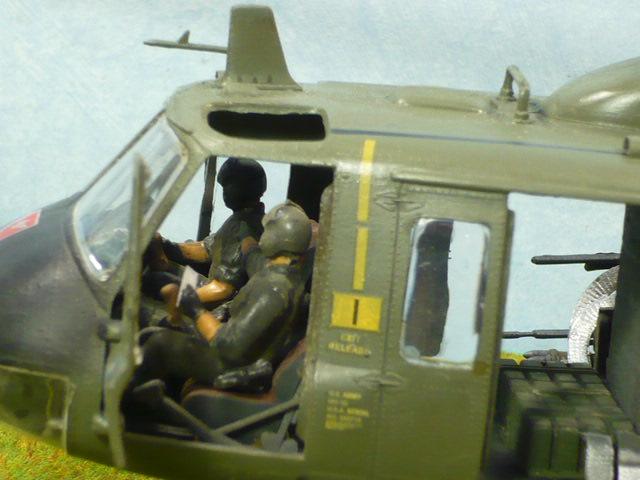 Bell UH-1D Huey gunship Revell 32e P1150314