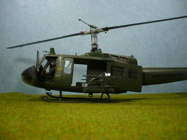Bell UH-1D Huey gunship Revell 32e P1150315