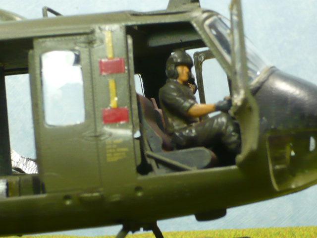 Bell UH-1D Huey gunship Revell 32e P1150317