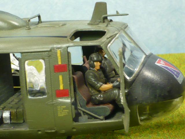 Bell UH-1D Huey gunship Revell 32e P1150318