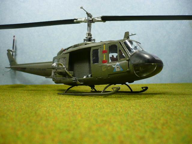 Bell UH-1D Huey gunship Revell 32e P1150320