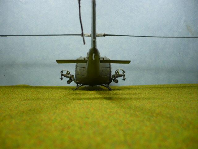 Bell UH-1D Huey gunship Revell 32e P1150321