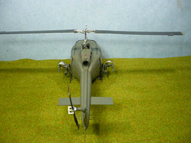 Bell UH-1D Huey gunship Revell 32e P1150322