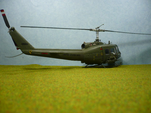 Bell UH-1D Huey gunship Revell 32e P1150323