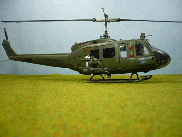 Bell UH-1D Huey gunship Revell 32e P1150324