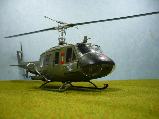Bell UH-1D Huey gunship Revell 32e P1150325