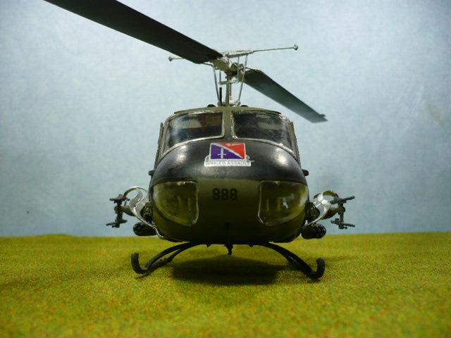 Bell UH-1D Huey gunship Revell 32e P1150326