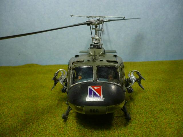 Bell UH-1D Huey gunship Revell 32e P1150327
