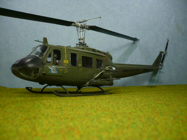 Bell UH-1D Huey gunship Revell 32e P1150328