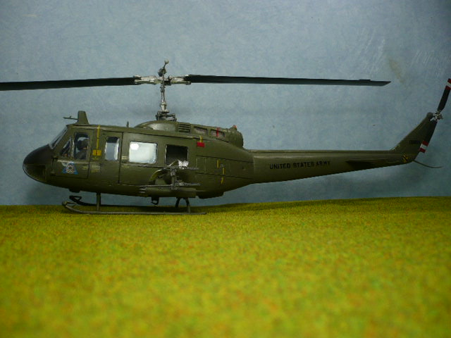 Bell UH-1D Huey gunship Revell 32e P1150329