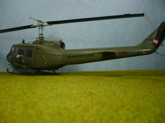 Bell UH-1D Huey gunship Revell 32e P1150330