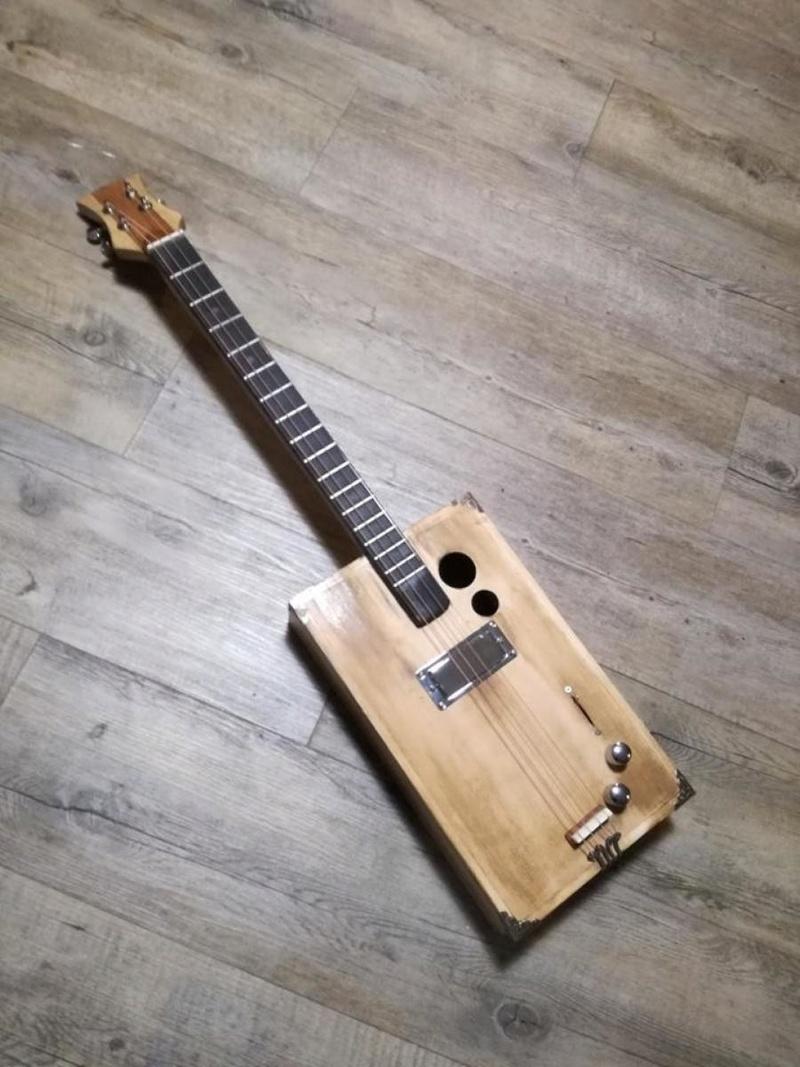 Deuxième cigar box guitar de A à Z 1110