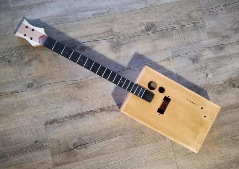 Deuxième cigar box guitar de A à Z 410