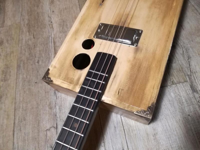Deuxième cigar box guitar de A à Z 910