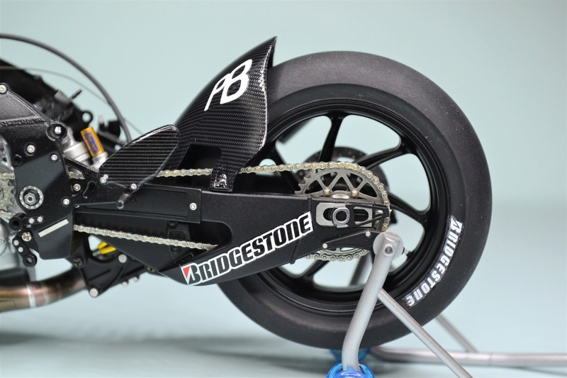 YAMAHA M1 2009 ESTORIL EDITION TAMIYA 1/12 - Page 2 Dsc_0140