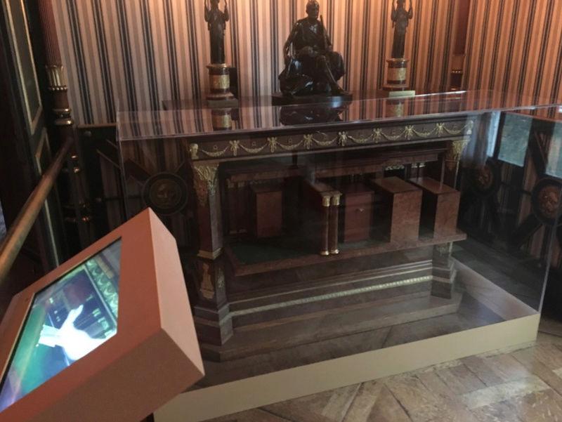 Rueil-Malmaison : Meubles à secrets, secrets de meubles Captu422